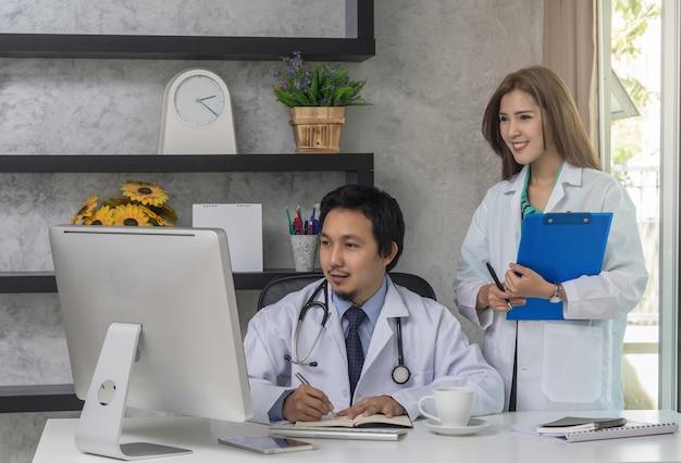 Par, de, asiático, doutores, trabalhando, com, colega, que, usando, tecnologia, computador Foto Premium
