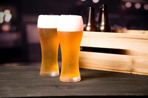 Par de copos de cerveja Foto Premium
