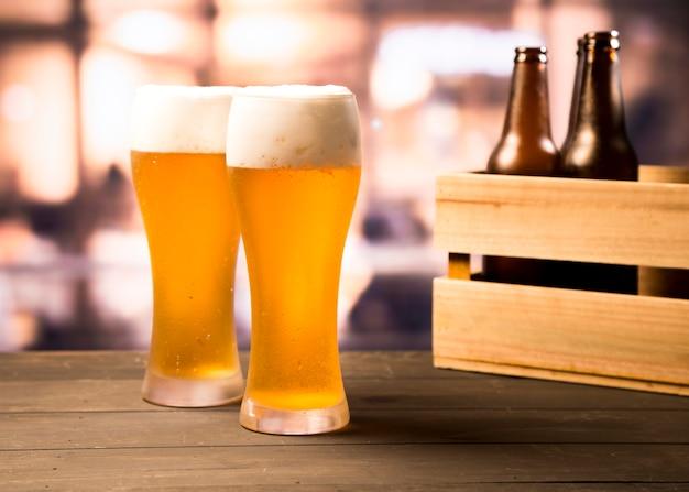 Par de copos de cerveja Foto gratuita