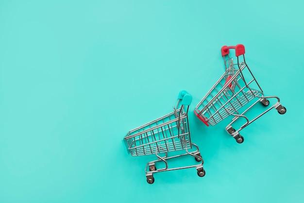 Par de miniaturas de carrinho de compras Foto gratuita