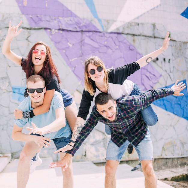 Par, de, namorados, carregar, carona piggyback, para, seu, namoradas Foto gratuita