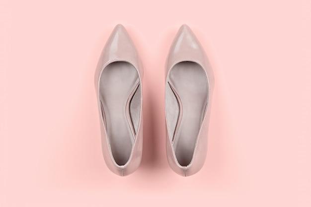 Par de sapatos bege clássicos feminino em rosa Foto Premium