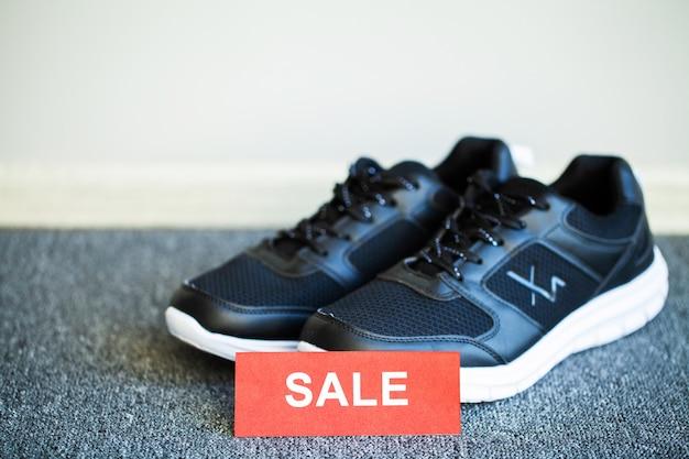 Par de tênis novos e elegantes no chão em casa. Foto Premium