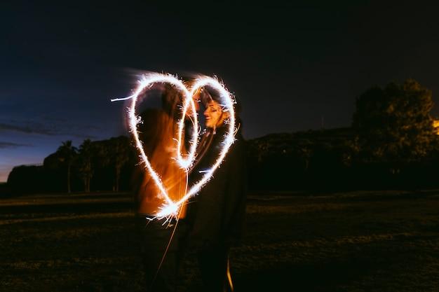 Par, desenho, coração, sparklers, rua Foto gratuita