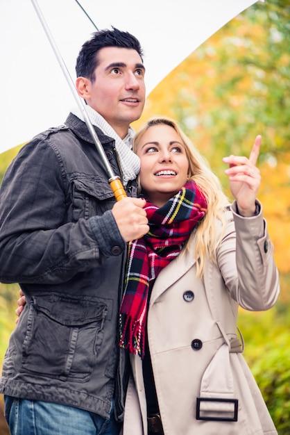 Par, desfrutando, outono, dia, tendo, passeio, apesar de, a, chuva Foto Premium