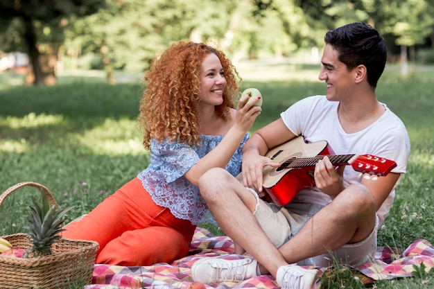 Par, desfrutando, piquenique, parque Foto gratuita
