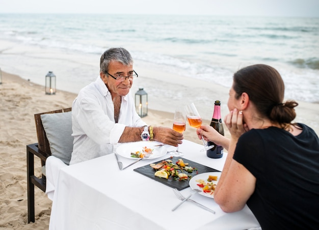 Par, desfrutando, um, romântico, jantar, praia Foto Premium