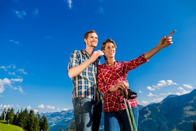 Par, desfrutando, vista, hiking, em, a, alpino, montanhas Foto Premium