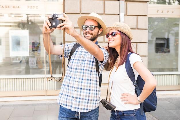 Par, desgastar, óculos de sol, e, chapéu, levando, selfie, câmera Foto gratuita