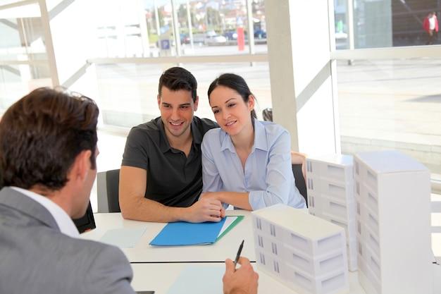 Par, em, nomeação, com, agente imobiliário Foto Premium