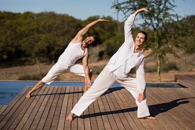 Par, executar, ioga, em, safari, férias Foto gratuita