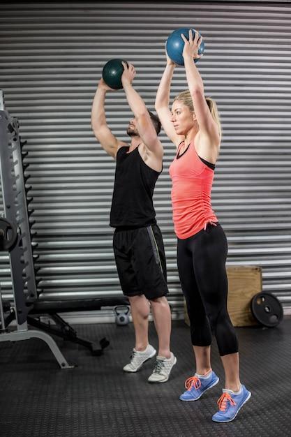 Par, fazendo, bola, exercício, em, ginásio Foto Premium
