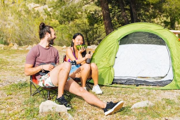 Par feliz, acampar, em, floresta Foto gratuita