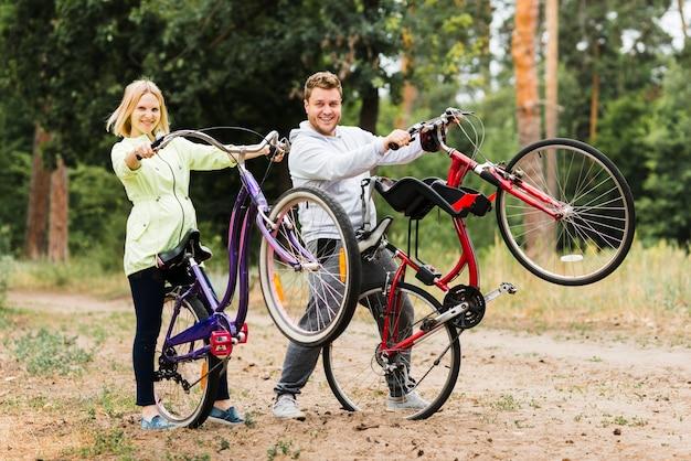 Par feliz, atrasando, bicicletas Foto gratuita