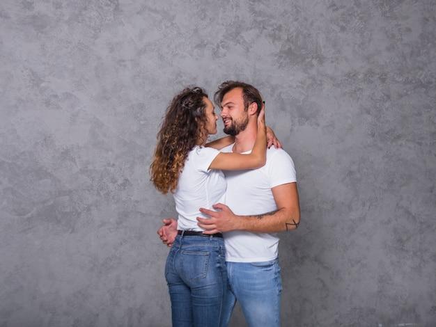 Par feliz, em, branca, abraçando Foto gratuita