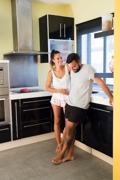 Par feliz, ficar, em, modernos, cozinha Foto gratuita