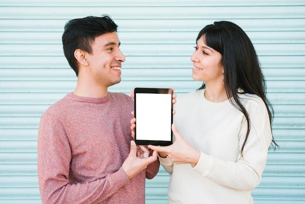 Par feliz, mostrando, tablete digital Foto gratuita