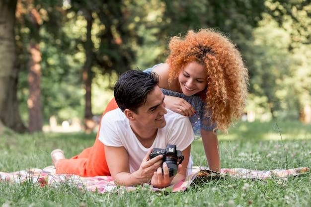 Par feliz, olhar, um, câmera digital Foto gratuita