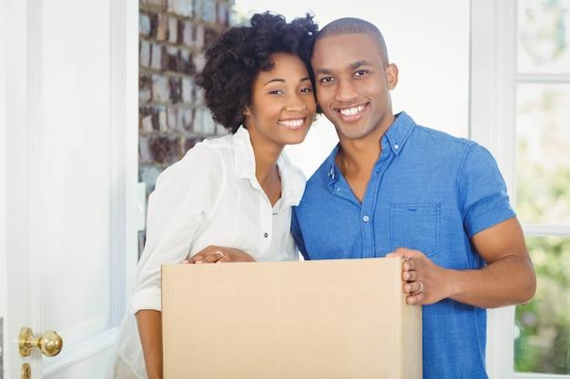 Par feliz, segurando, caixa, de, seu, casa Foto Premium