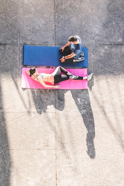 Par hispânico, esticar, ligado, ioga, tapetes Foto Premium