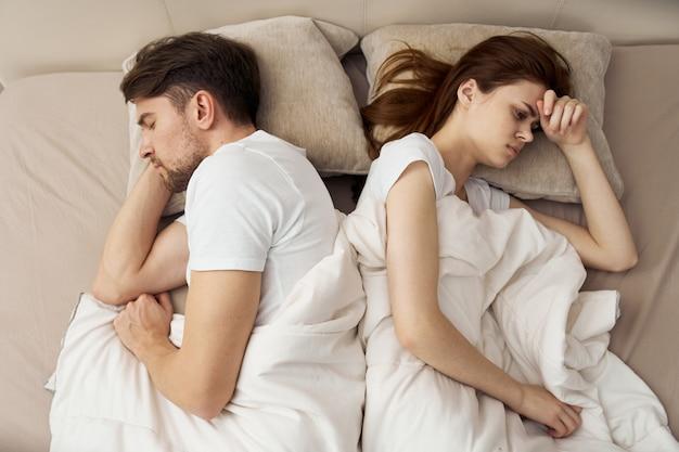Par homem e mulher, cama, vista superior Foto Premium
