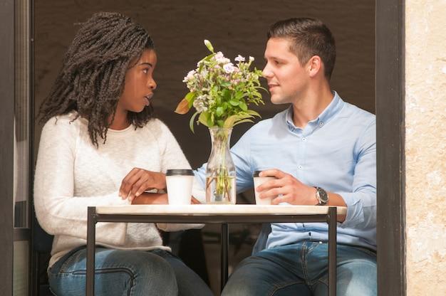 Par interracial, argumentar, em, café Foto gratuita