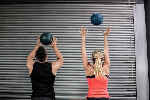 Par, jogando bola, ar, em, ginásio Foto Premium