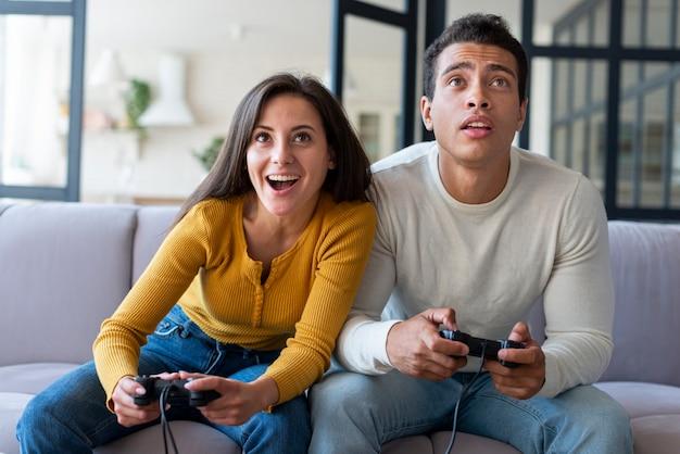 Par, jogando videogame, junto Foto gratuita