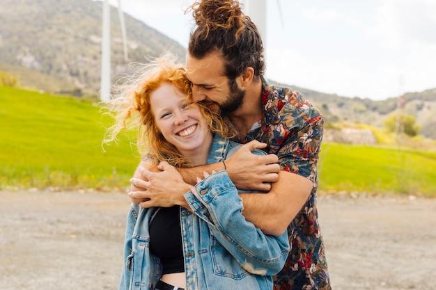 Par jovem, abraçando, em, natureza Foto gratuita