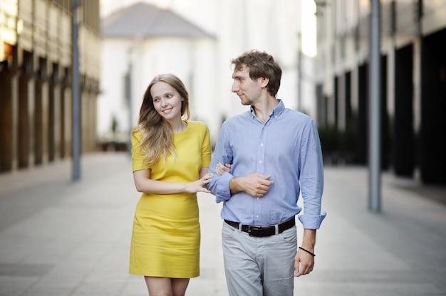 Par jovem, andar, junto, em, um, cidade Foto Premium