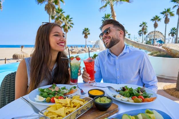 Par jovem, com, coquetéis, em, restaurante piscina Foto Premium