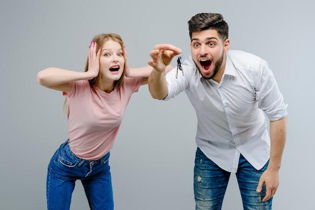 Par jovem, com, teclas, de, apartamento, eles, obtive, de, realtor, companhia, isolado, sobre, experiência cinza Foto Premium