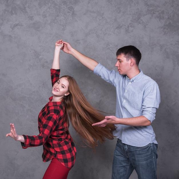 Par jovem, em, camisas, dançar Foto gratuita