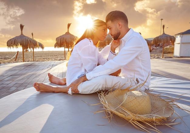 Par jovem, em, praia, férias, amanhecer Foto Premium