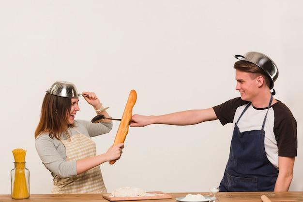 Par jovem, enganando ao redor, enquanto, cozinhar, em, cozinha Foto gratuita