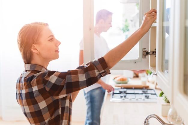 Par jovem, preparando alimento, em, cozinha, casa Foto gratuita