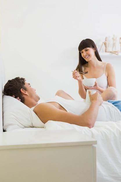 Par jovem, tendo, café manhã cama, em, quarto Foto Premium