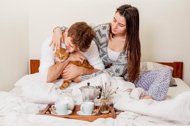 Par jovem, tendo, café manhã cama Foto gratuita
