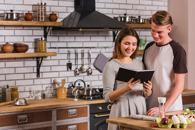 Par, leitura, receita, livro, enquanto, cozinhar, junto Foto gratuita