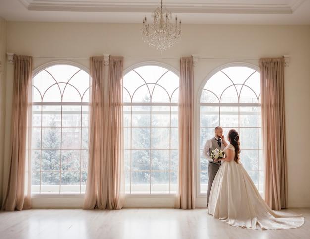 Par, newlyweds, posar Foto gratuita