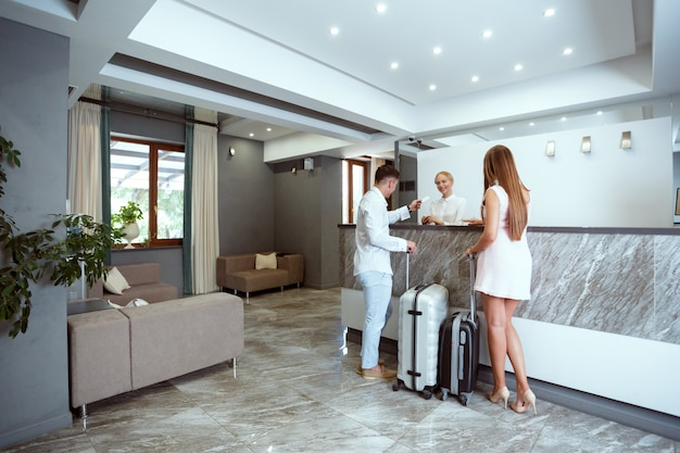 Par, perto, escrivaninha recepção, em, hotel Foto Premium