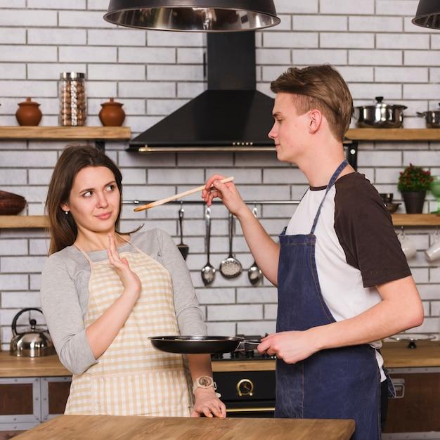 Par, provando, cozinhado, refeição Foto gratuita