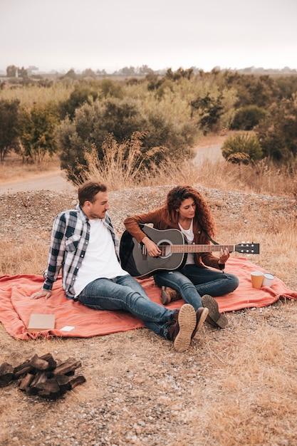 Par, relaxante, ao ar livre, ligado, um, cobertor Foto gratuita