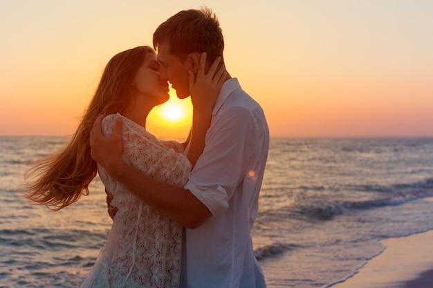 Par romântico, beijando, praia Foto Premium