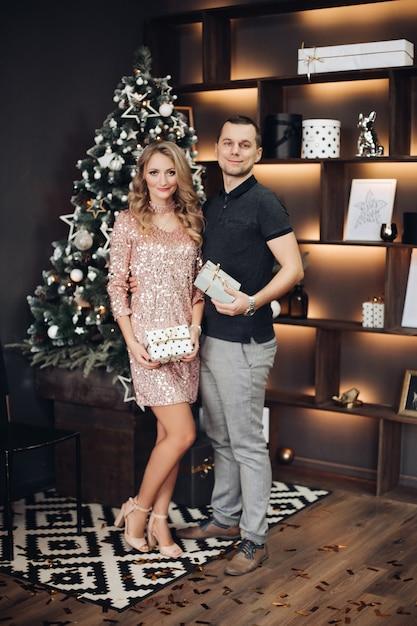 Par romântico com champanhe no ano novo de natal Foto Premium