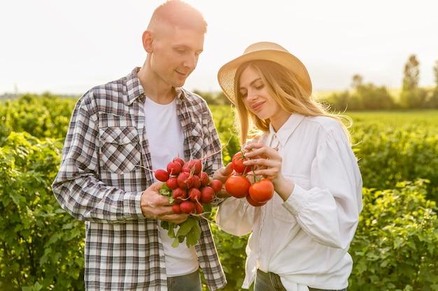 Par, segurando, legumes Foto gratuita