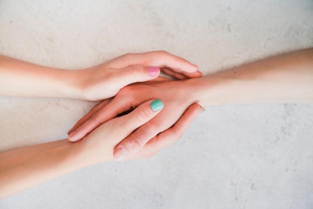 Par, segurando, mãos, junto Foto gratuita