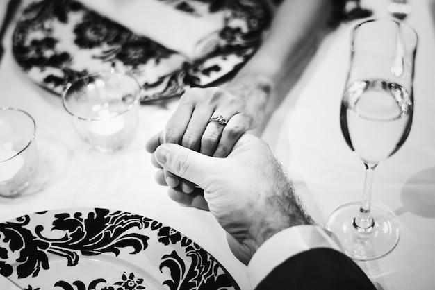 Par, segurando, mãos, romanticos, jantar Foto gratuita