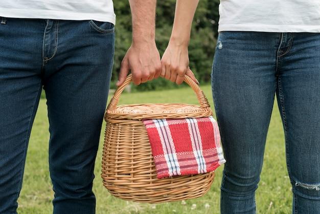 Par, segurando, um, cesta piquenique Foto gratuita