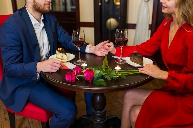 Par, segurar passa, em, tabela, em, restaurante Foto gratuita